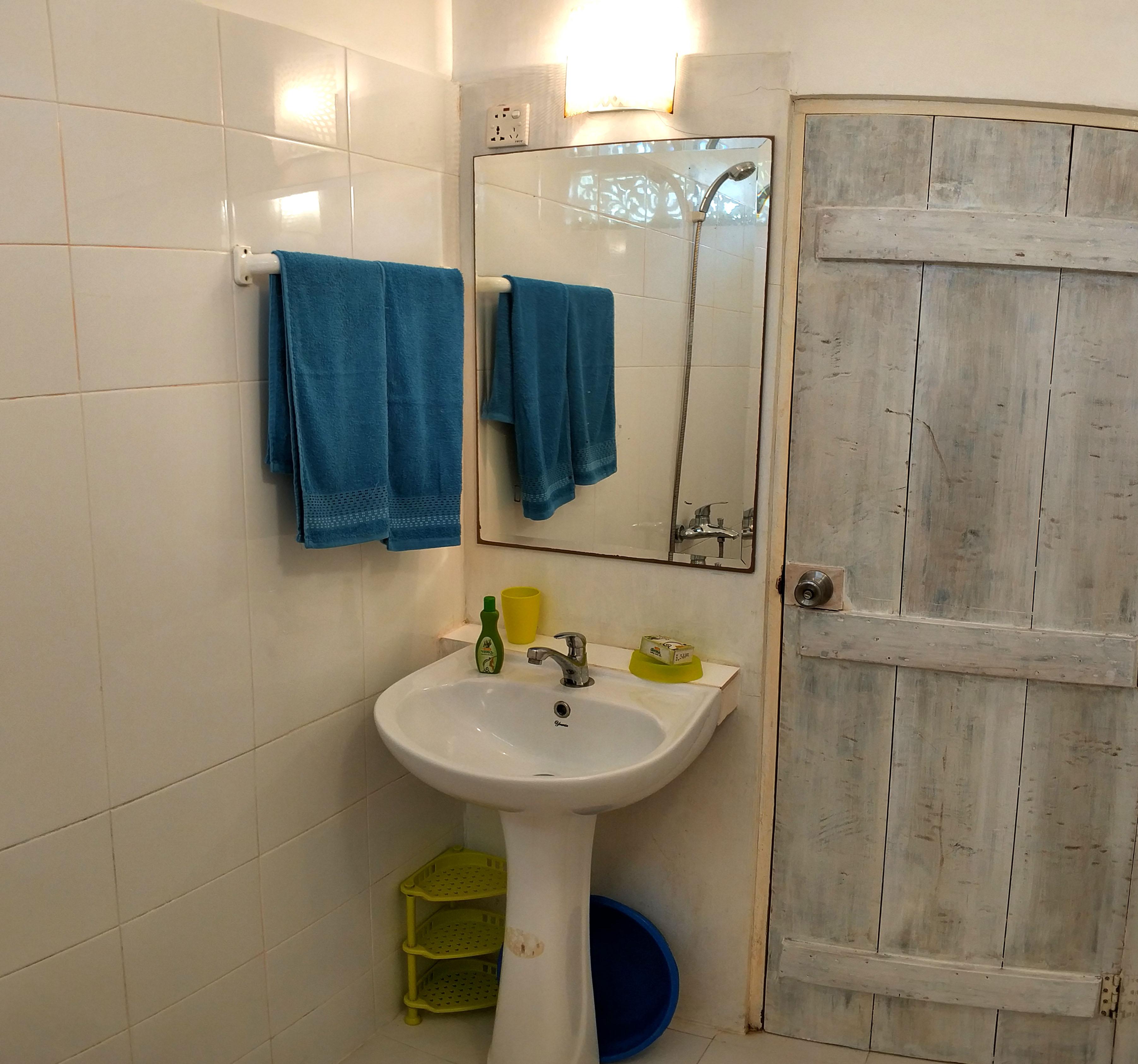 UNAWATUNA Apartments. . Garden view bathroom